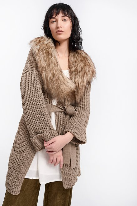 Cardigan with fur collar and a belt light cigar