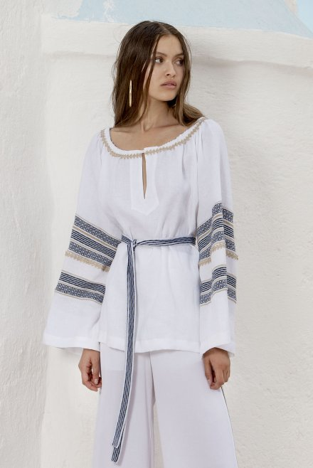 Blouse with knitted ancient greek style in the sleeves